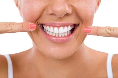 Bilden viser rette tenner gjennom behandling med usynlig tannregulering. Denne process tar mellom 6-12 uker.