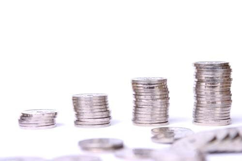 """Bildet viser stablede mynter. under rubriken """"Hva koster en akuttime"""" finner du pris på forskjellige tannbehandlinger."""